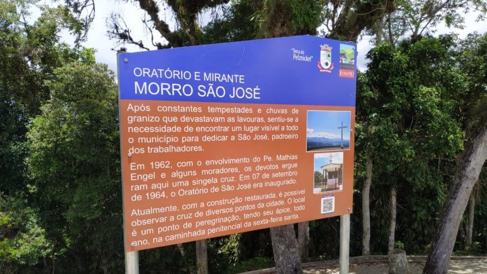 Secretaria de Turismo de Guabiruba instala placas descritivas pela cidade
